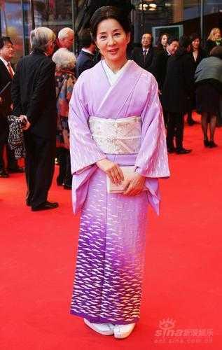 《母亲》首映 吉永小百合紫色和服优雅亮相(图)